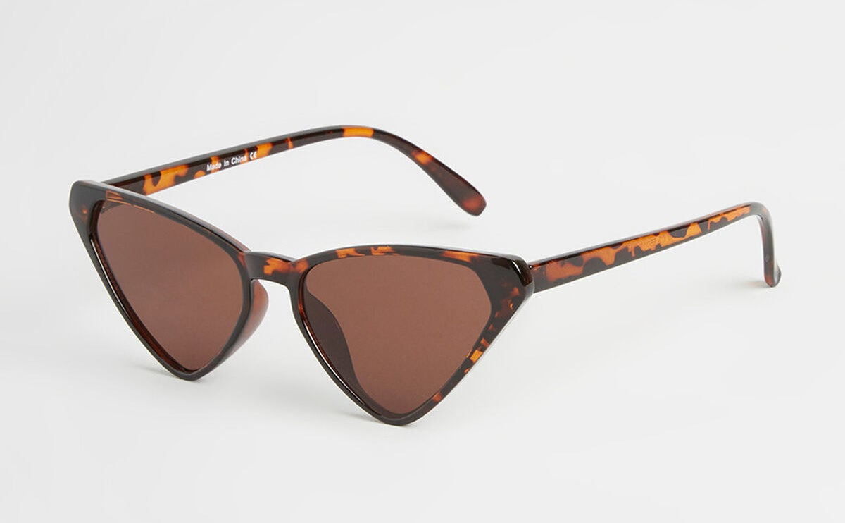 The sunglasses with an angular cateye look and tortoise shell-look frames