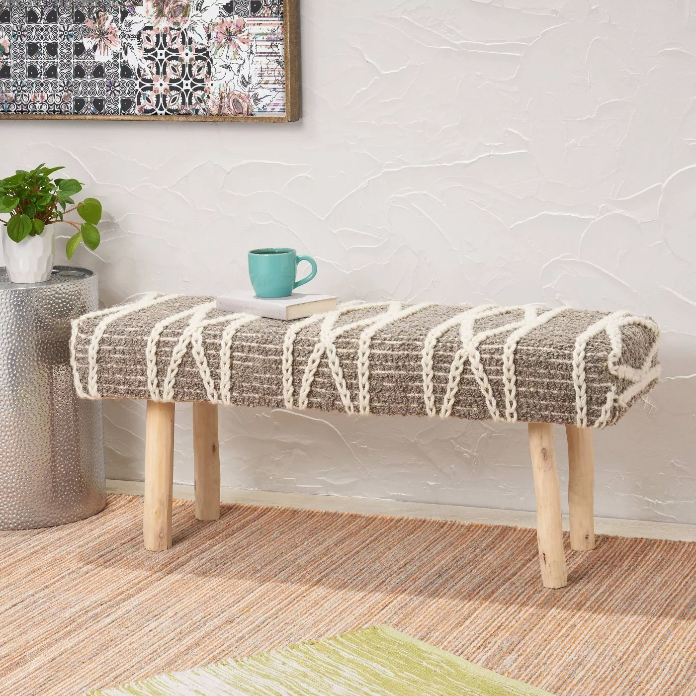 The gray bench with a chain pattern and eucalyptus wood legs