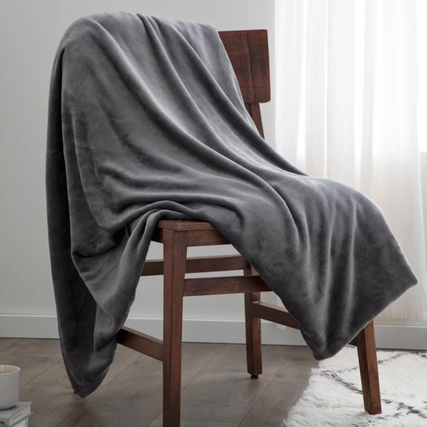 The fleece blanket in gray