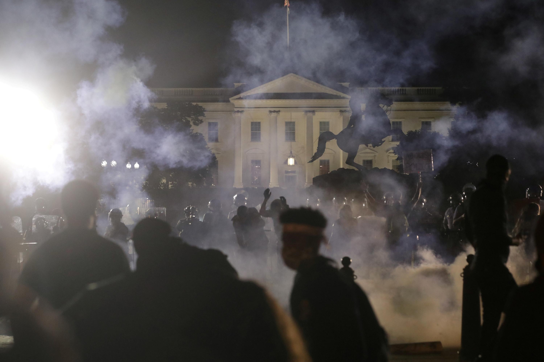 2020年5月31日,当警察向和平抗议者投掷催泪瓦斯时,白宫关闭了灯光并陷入黑暗
