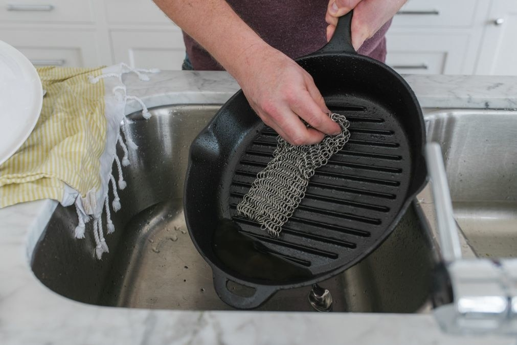 The stainless steel scrubber in use