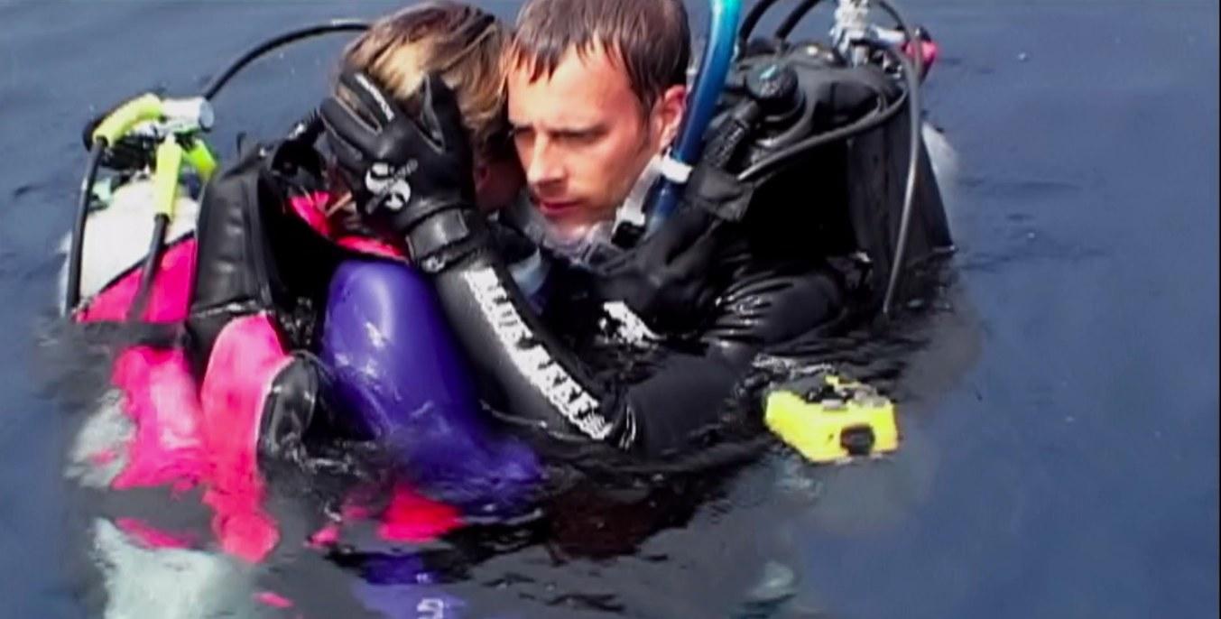 Blanchard Ryan (Susan Watkins) and Daniel Travis (Daniel Kintner) embracing in the water wearing scuba gear in 'Open Water'