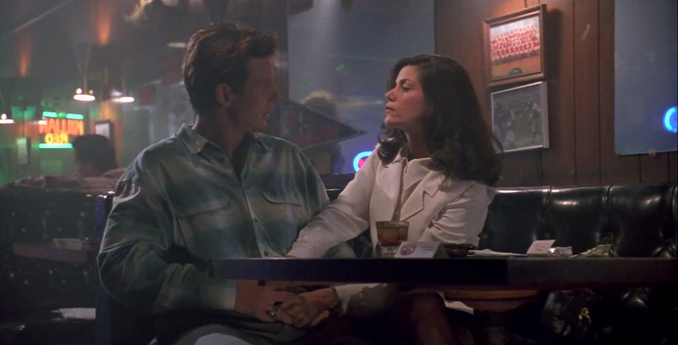Peter Berg (Mike Swale) and Linda Fiorentino (Bridget Gregory) sitting together in 'The Last Seduction'