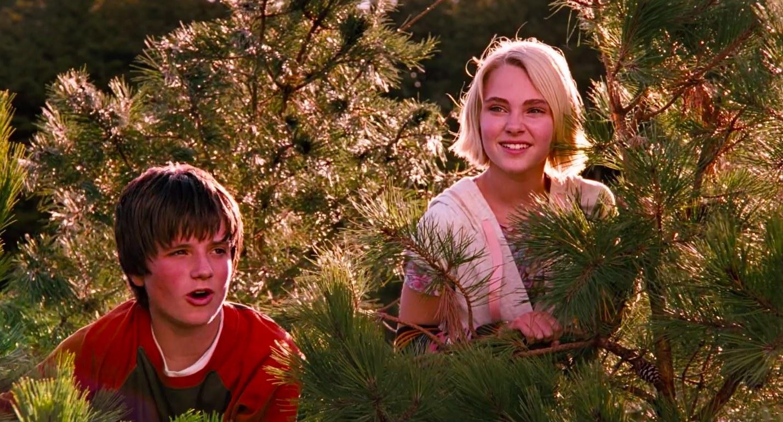 """josh hutcherson and annasophia robb climb in a tree in """"bridge to terabithia"""""""