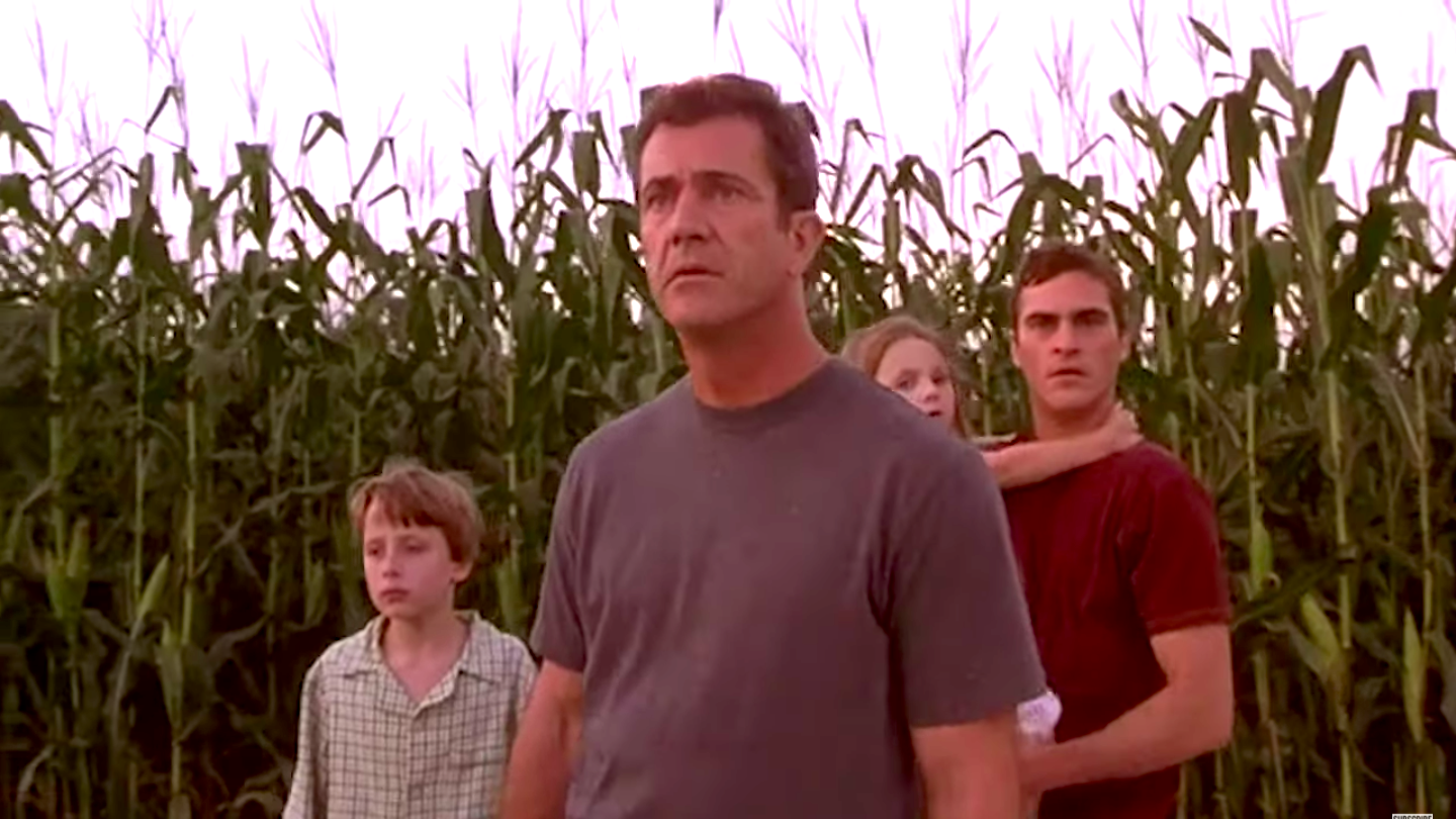 Rory Culkin, Mel Gibson, Abigail Breslin, and Joaquin Phoenix in a cornfield in Signs