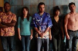 《杰茜来了》中的角色温斯顿、杰西、尼克、茜茜和施密特靠墙站着