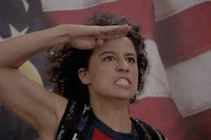 Ilana从广泛的城市给在美国国旗前的意气风发行礼,已故最高法院法官露丝·巴德·金斯伯格