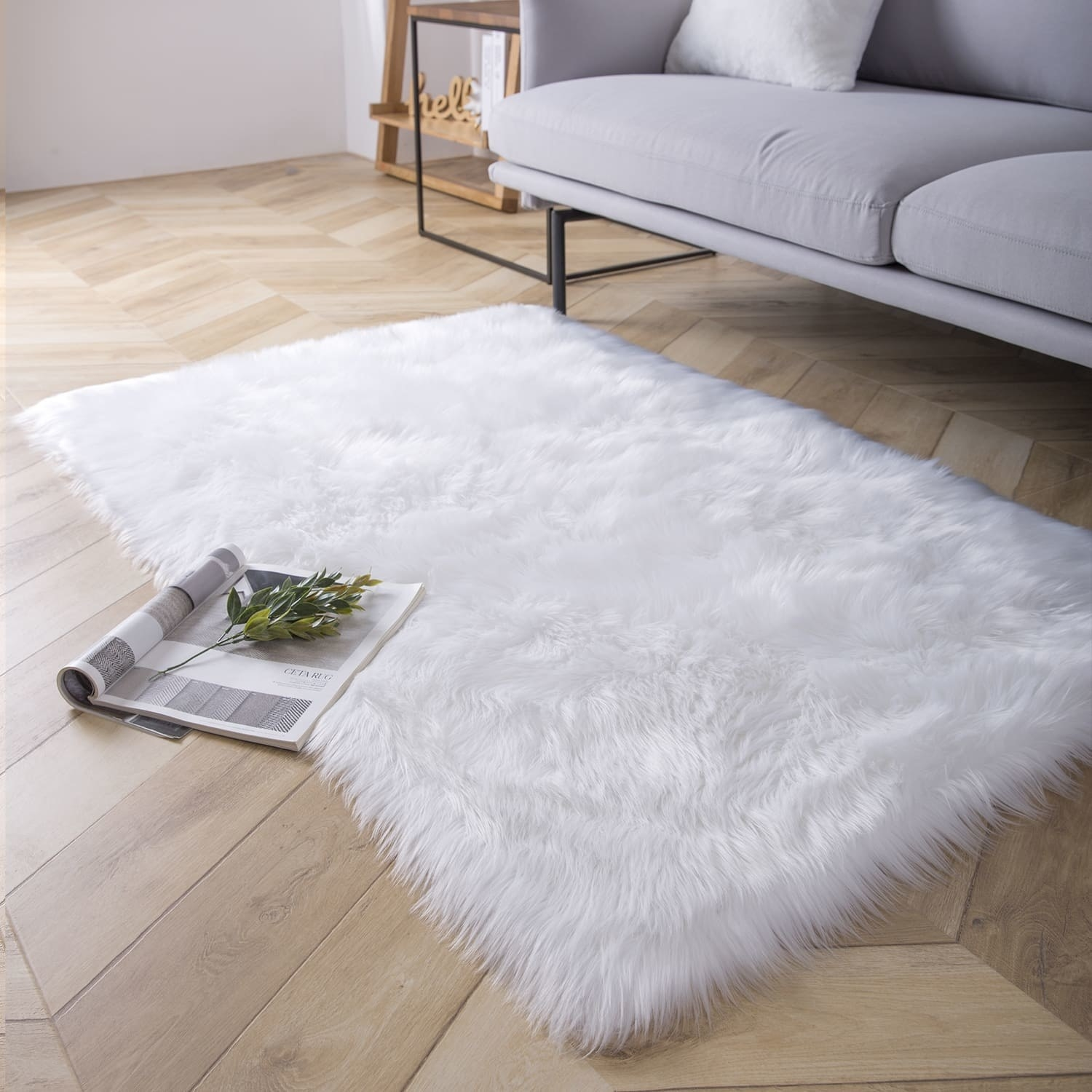 Faux fur rug in white