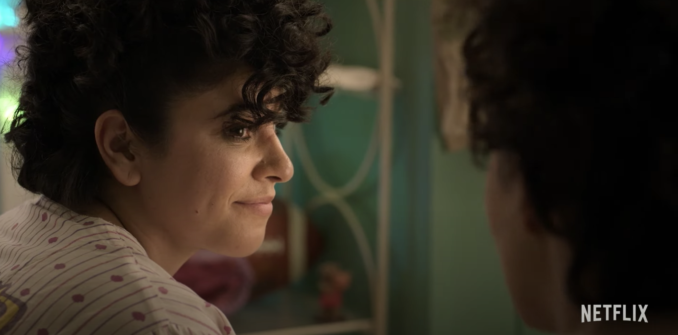 Christian Serratos as Selena speaking with Noemí Gonzalez as her sister Suzette Quintanilla