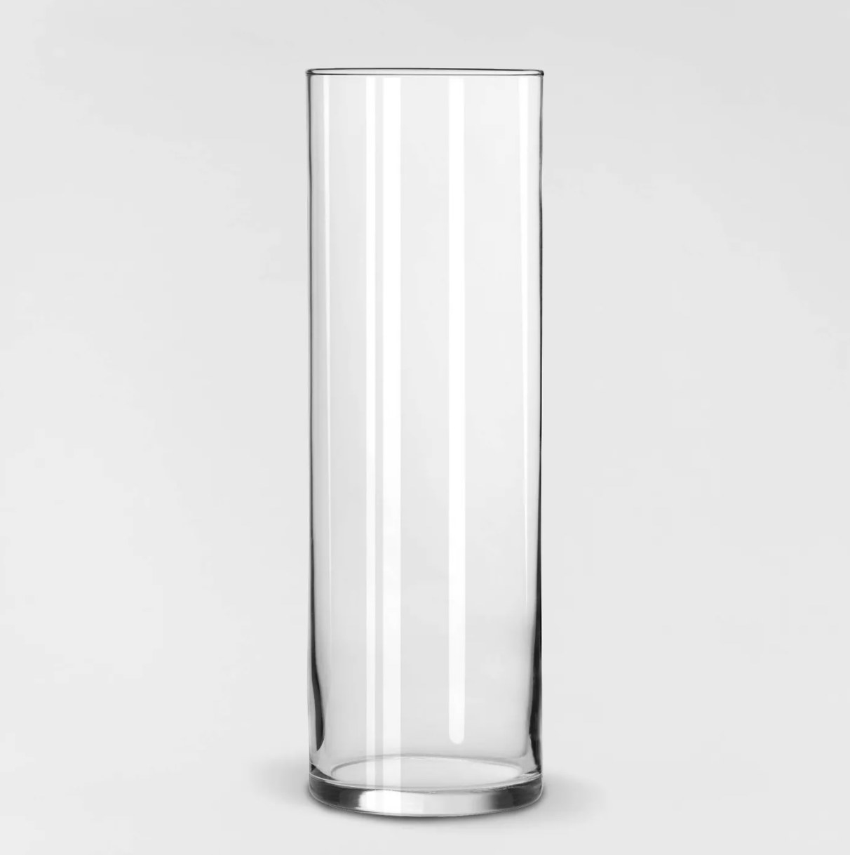 The clear cylinder vase