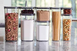 不同尺寸的食品储存容器的阵列