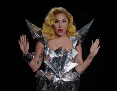 Lady Gaga dengan gaun arsitektural Monster Ball di video