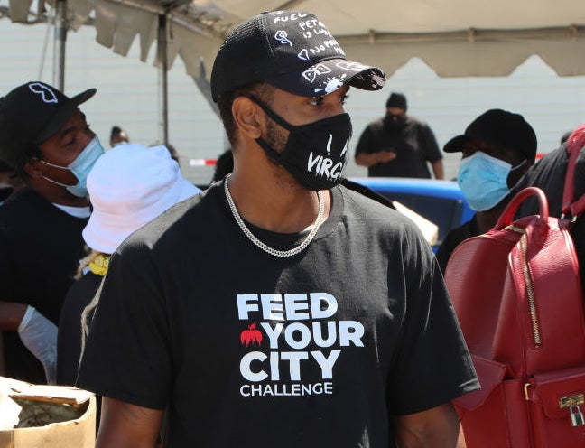 Trey Songz (c) volunteers at the Feed Your City Challenge Event