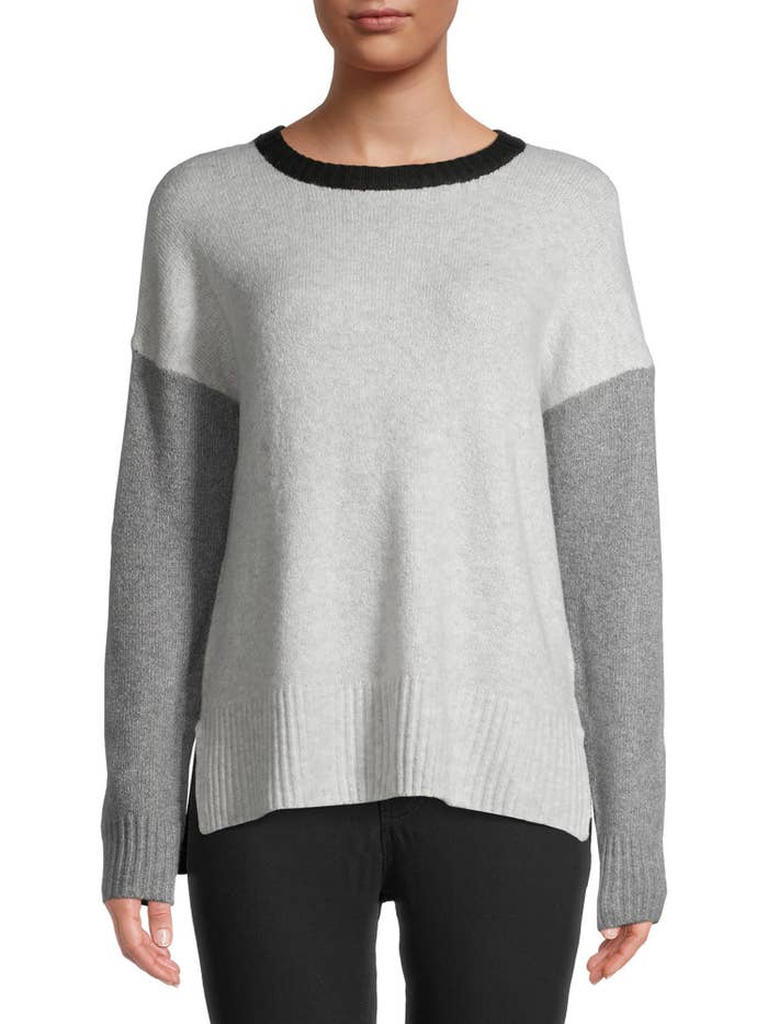 Pullover sweater with two-tone grey sleeves and chest and a black colar