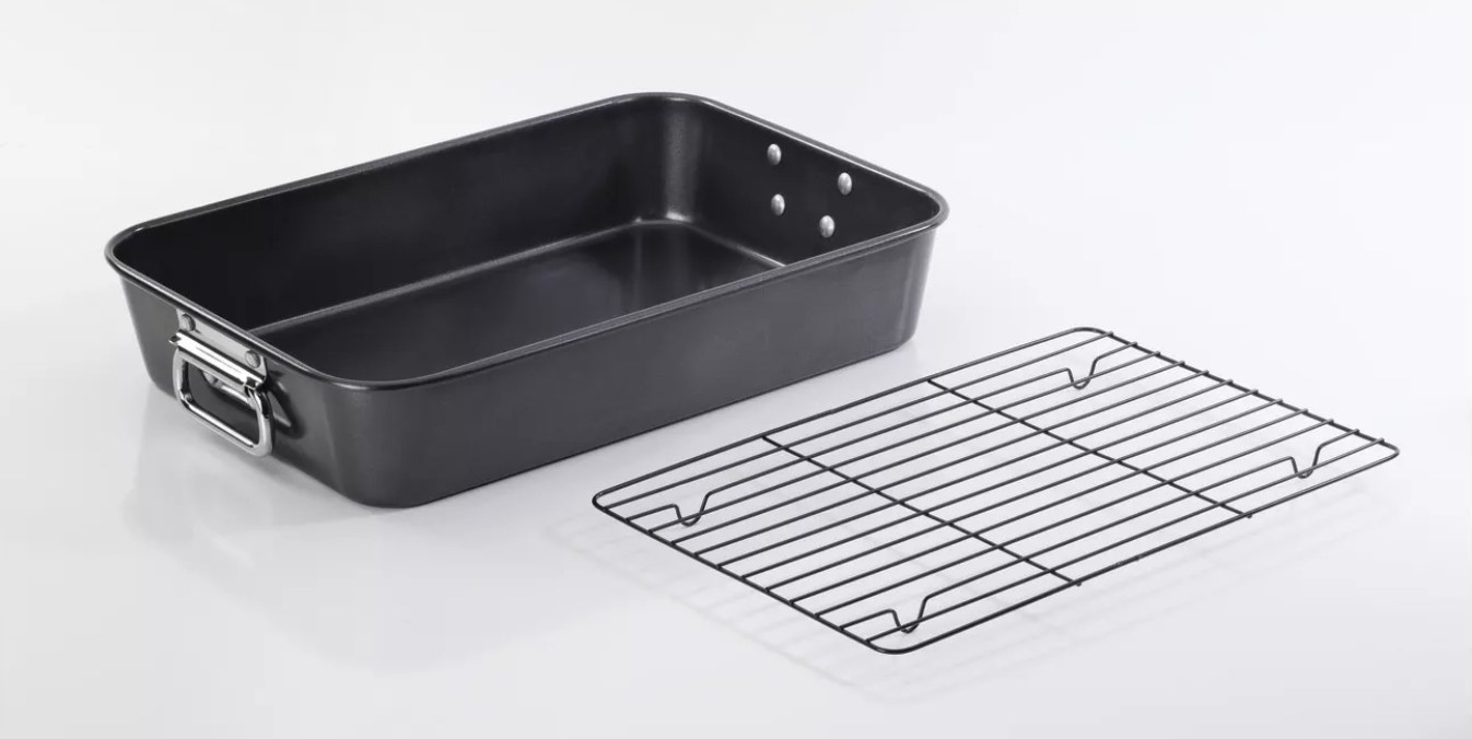 The black cookware roaster with an aluminum roasting rack