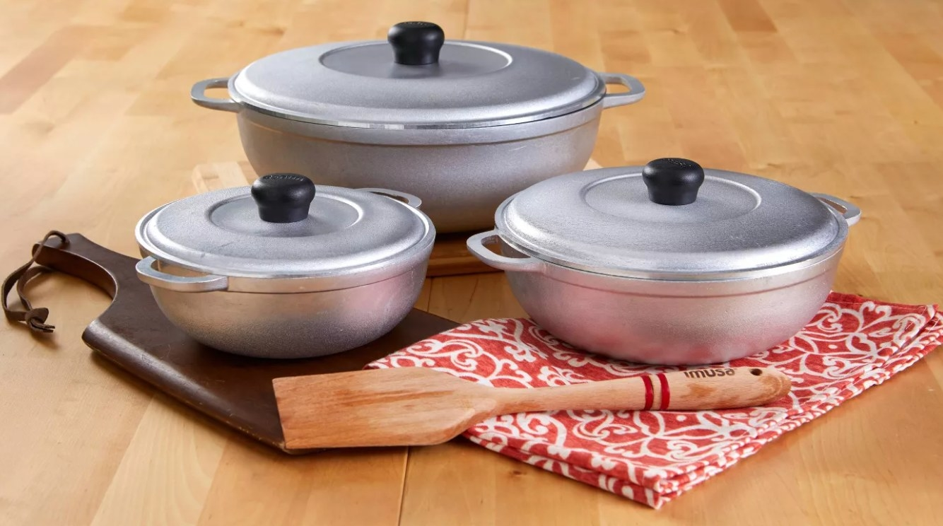 The aluminum pots with their lids in three different sizes