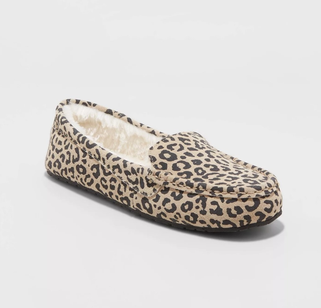 Beige cheetah print moccasins with white faux fur lining