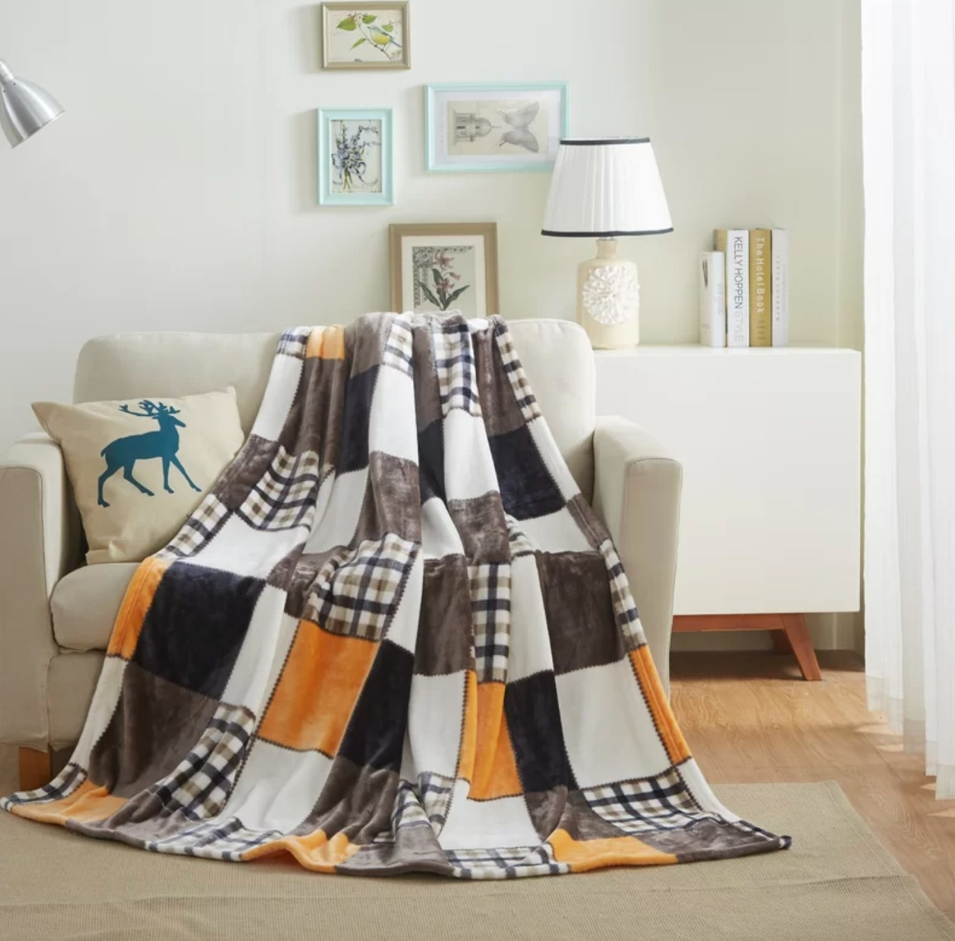 The farmhouse patchwork throw made of super-soft lightweight fleece