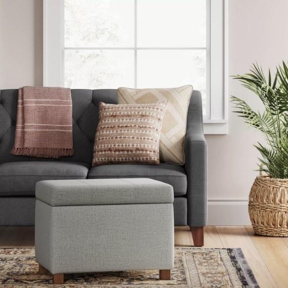 起居室里的灰色软垫椅