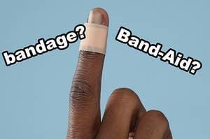 """在手指上绑绷带,上面写着""""绷带?""""和""""创可贴?"""