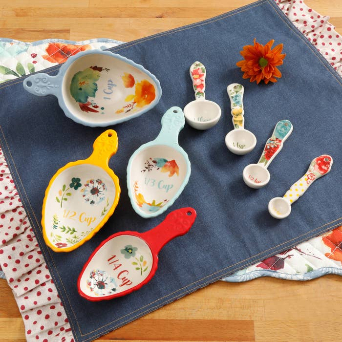 The set of spoons and cups