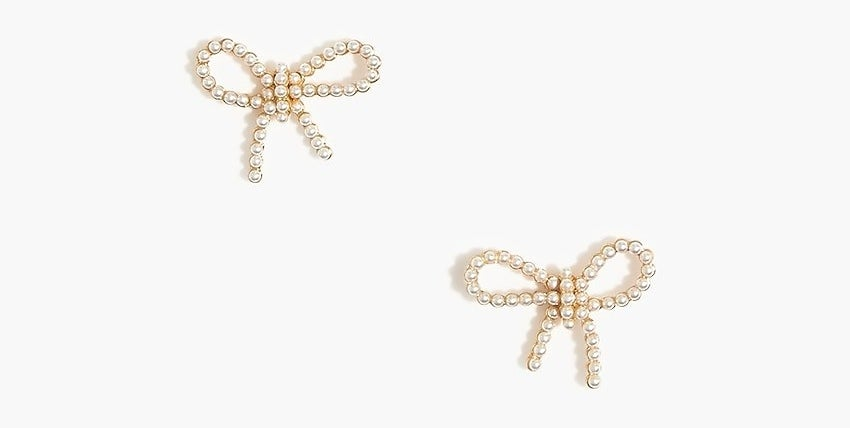 The bow-shaped pearl earrings