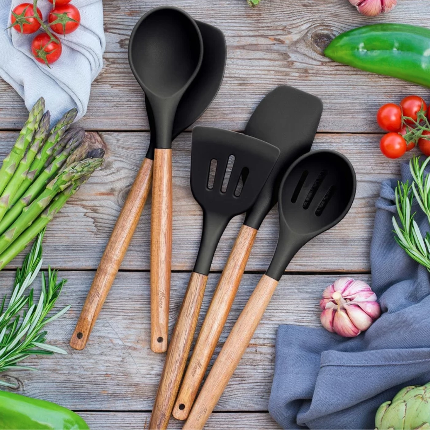 The five-piece set of silicone spoons in black