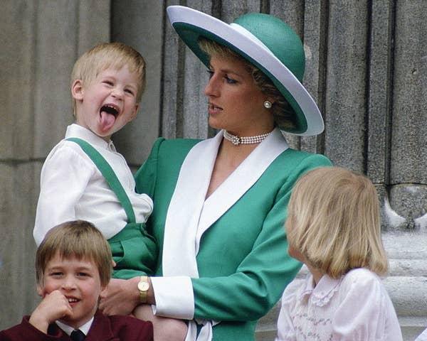 10. Відповідний зелений ансамбль з принцом Гаррі