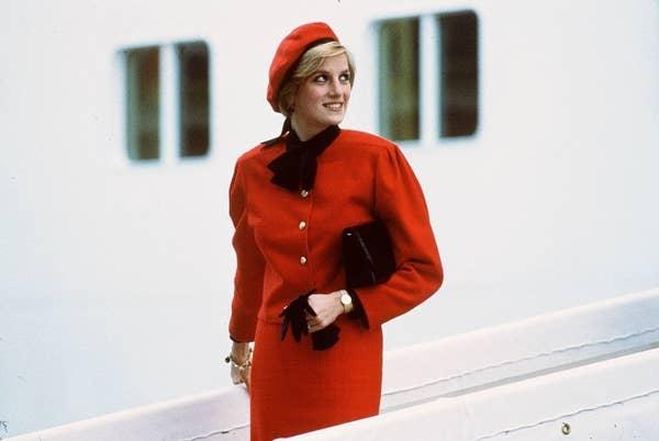 Плаття принцеси Діани: Червоний берет та відповідне плаття