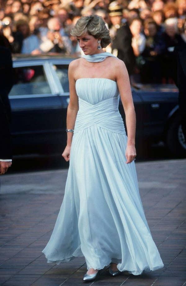 Плаття принцеси Діани:  Блакитна сукня без бретелей та відповідний шарф