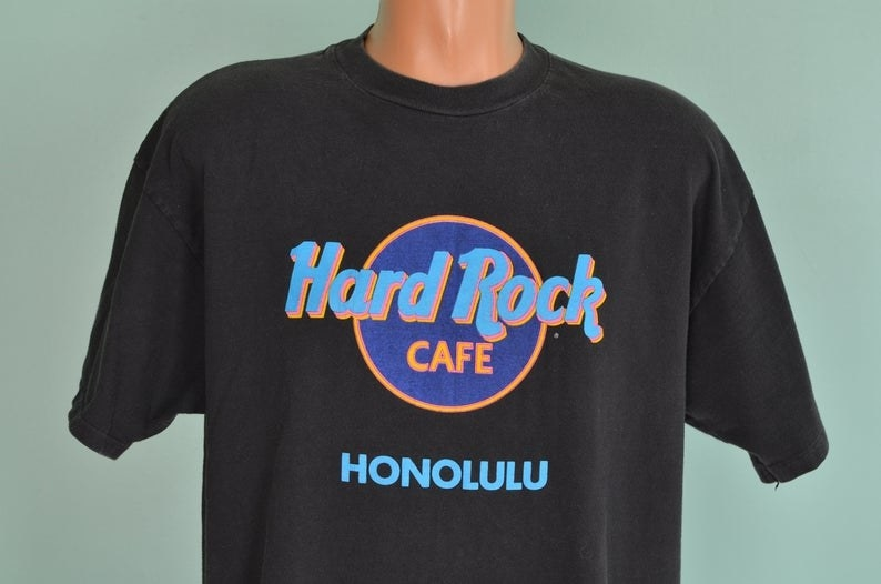 A black Hard Rock Cafe Honolulu T-shirt.