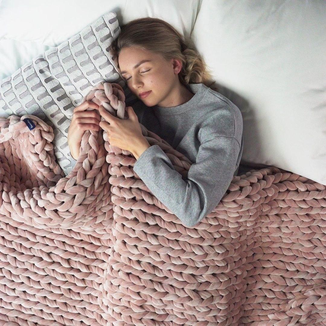 The chunky knit blanket in pink velvet