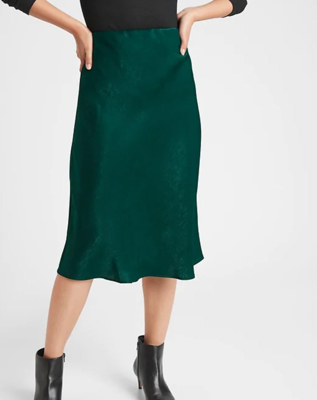 The satin slip midi skirt in forever green