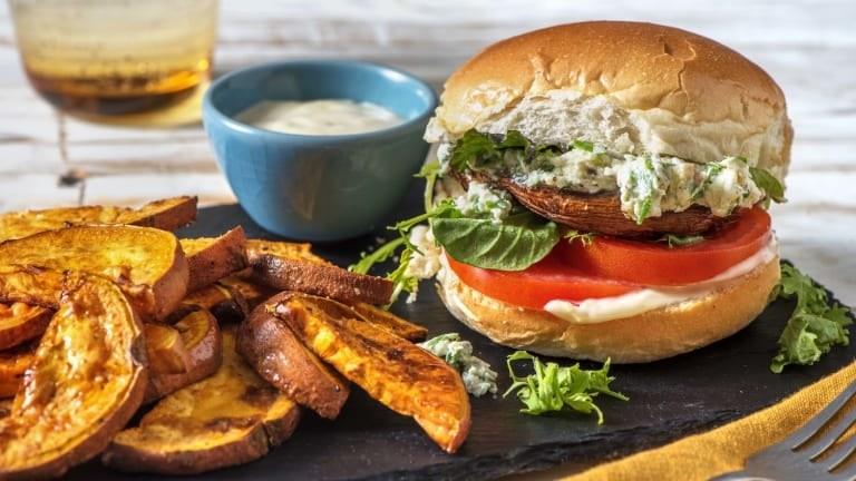Le burger au portobello avec des quartiers de patate douce