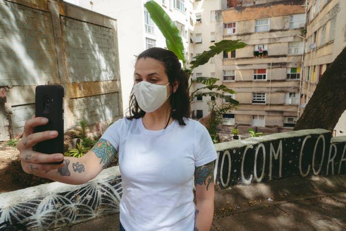 Gaía na frente da Ocupação, com janelas dos moradores aos fundos.