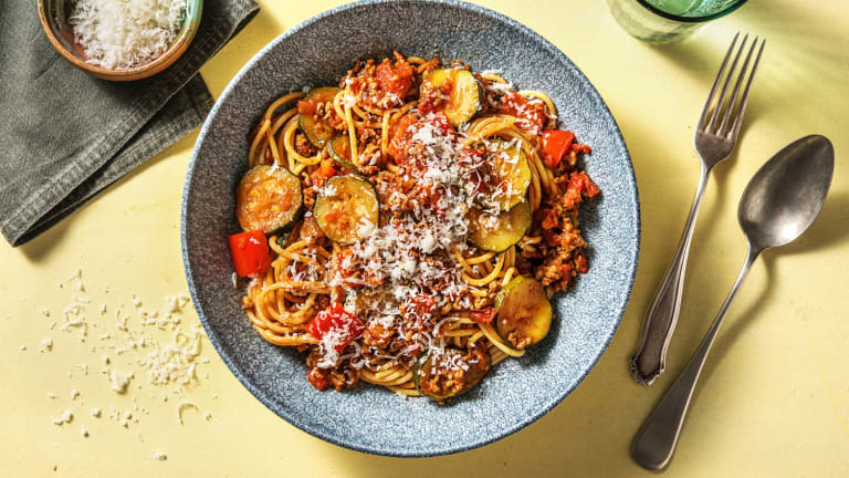 Spaghetti au bœuf, à l'ail et aux tomates avec zucchinis et poivrons