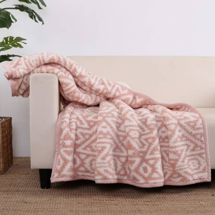 The sherpa throw blanket in pink diamond