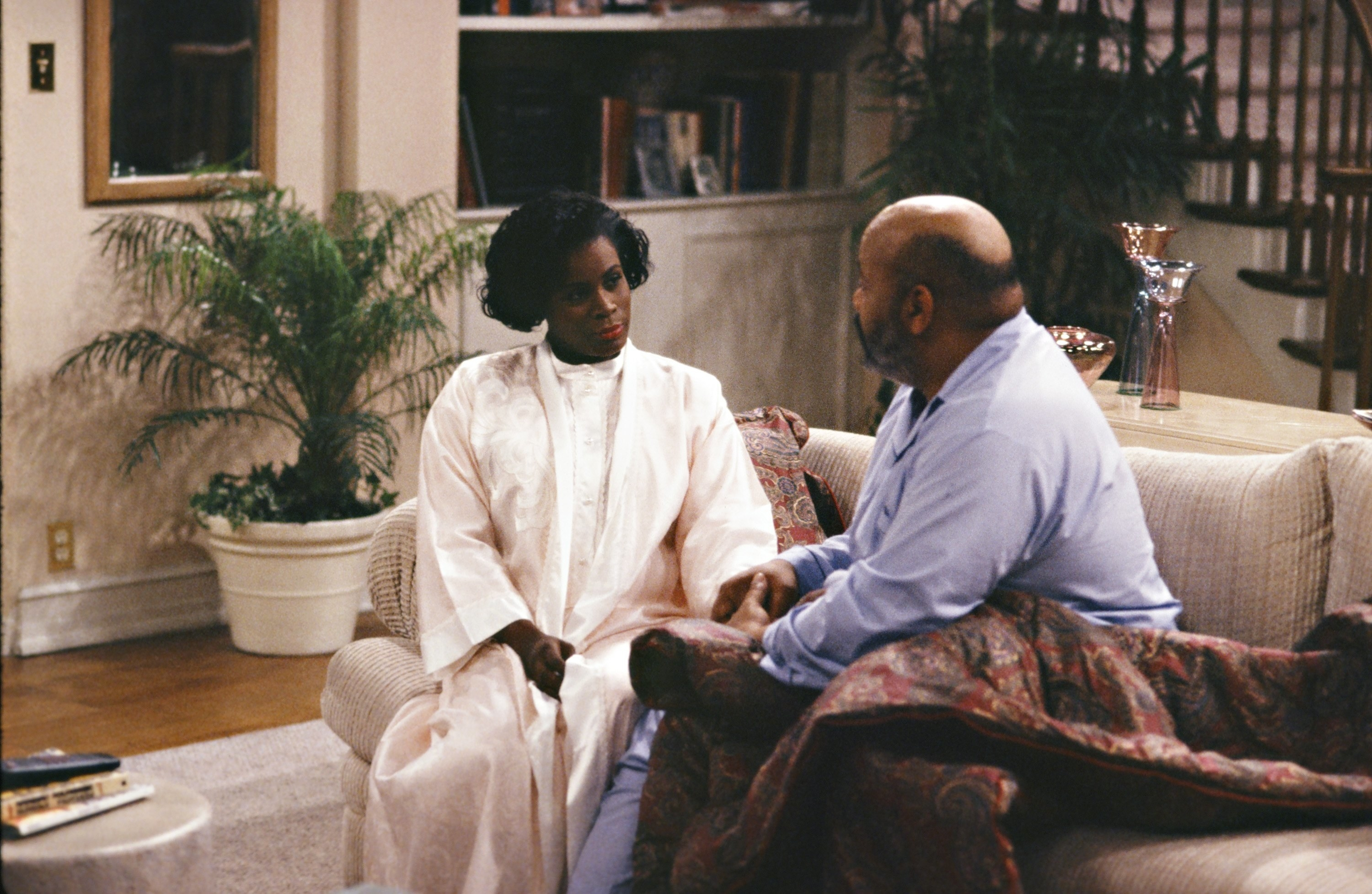 Janet and James Avery sitting on a couch as Aunt Viv and Uncle Phil