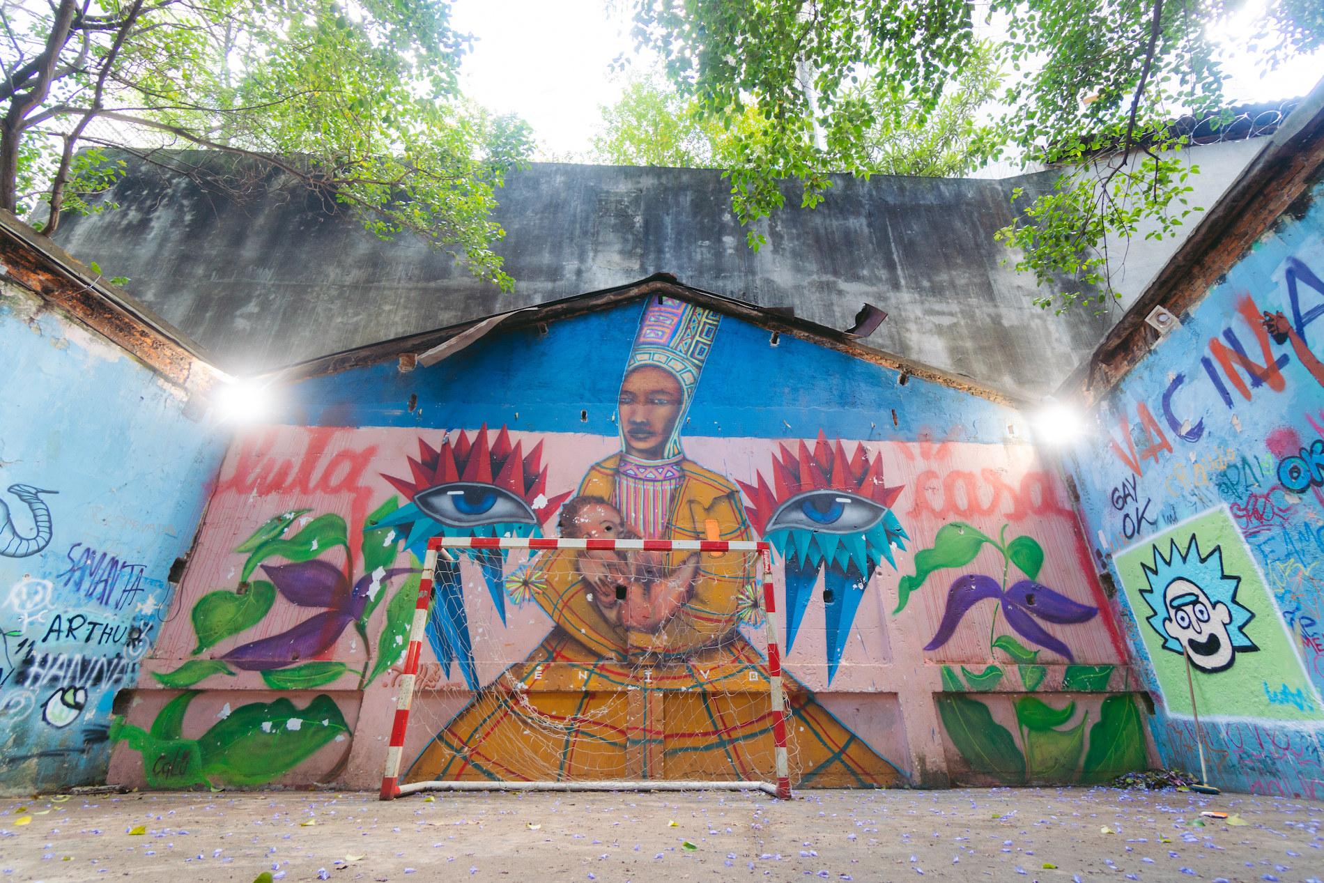 Grafites coloridos ao redor da quadra da ocupação.