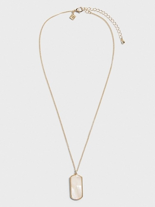 The pendant necklace in pearl