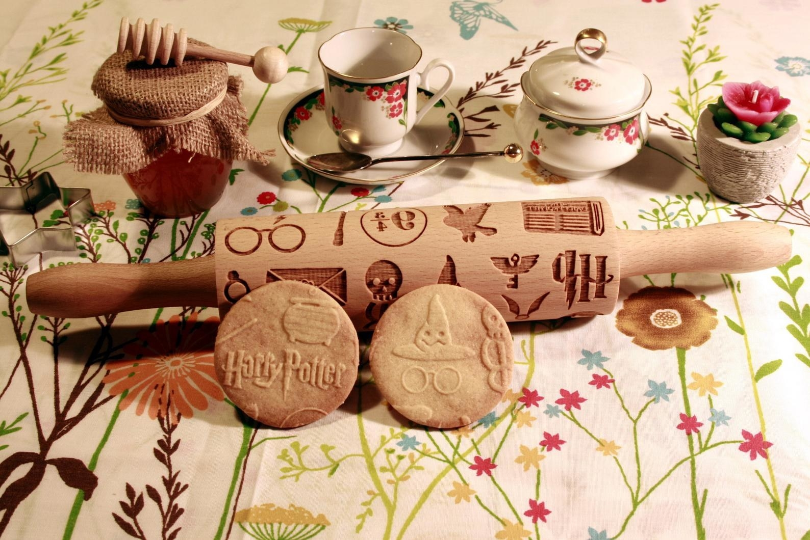 the rolling pin with cookies imprinted with Harry Potter designs