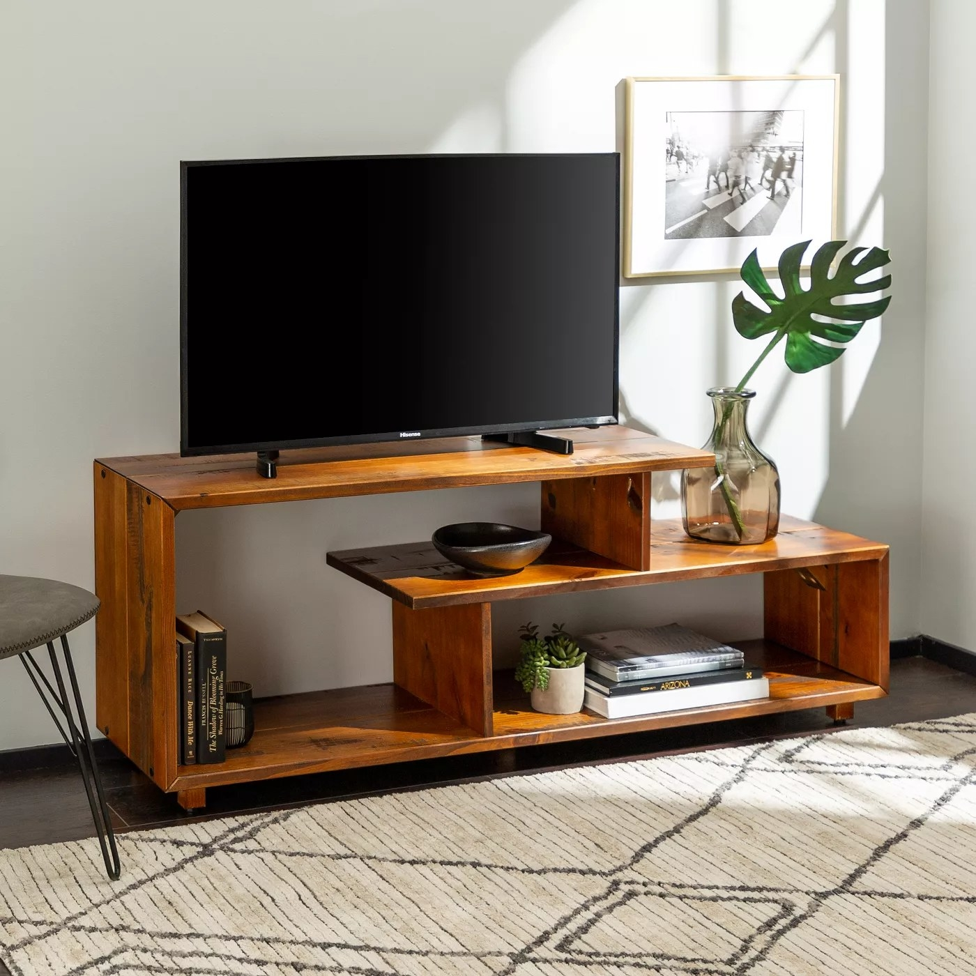 The asymmetrical TV console in amber