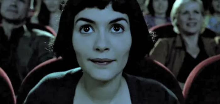 Amélie watching a movie in a crowded theater