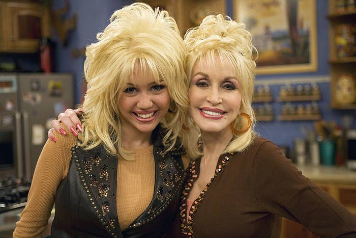 """Miley Cyrus and Dolly Parton on set for the """"Hannah Montana"""" episode """"I Will Always Loathe You"""""""