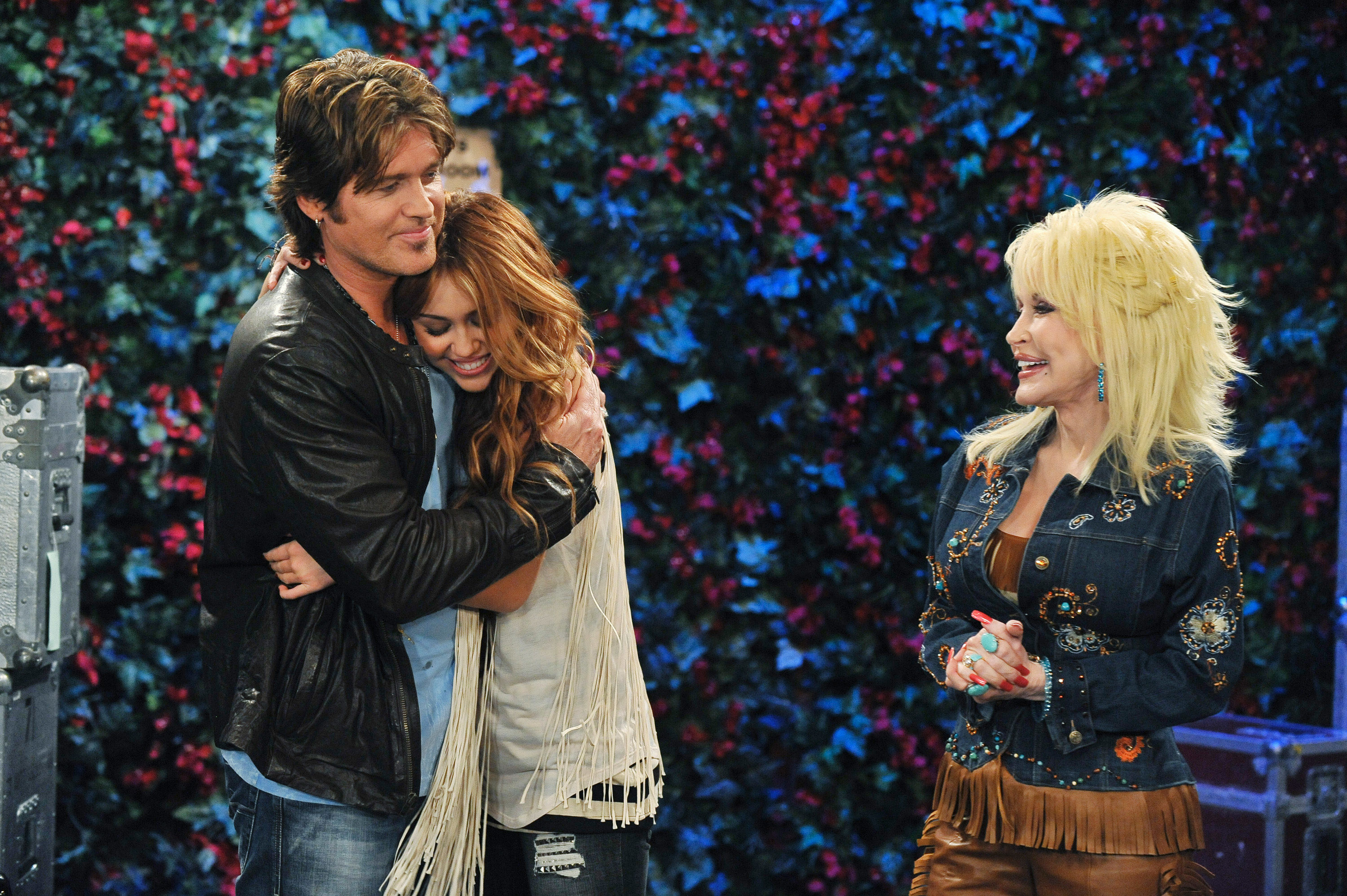 """Dolly Parton, Miley Cyrus, and Billy Ray Cyrus in an episode of """"Hannah Montana"""""""