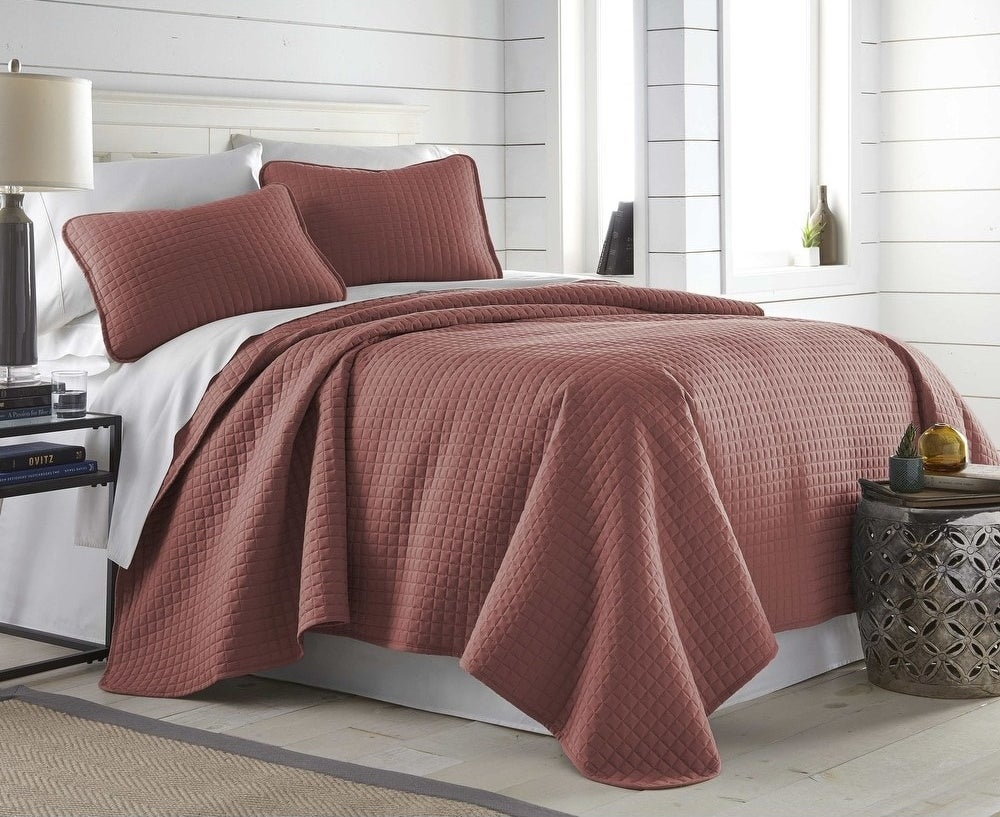 The quilt set in marsala