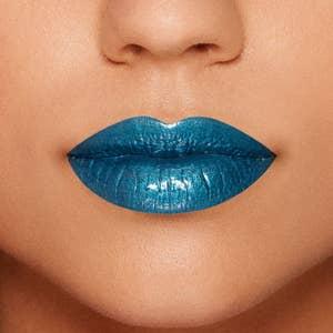 bir modelin dudaklarında mavinin yakın çekim sulu meyveler dudak parlatıcısı