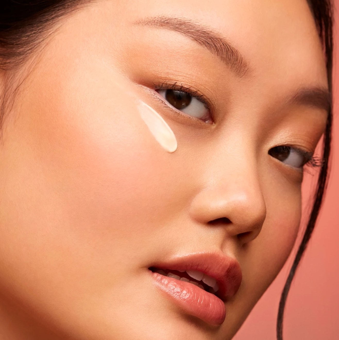 The squalane and marine algae eye cream applied on the model's face