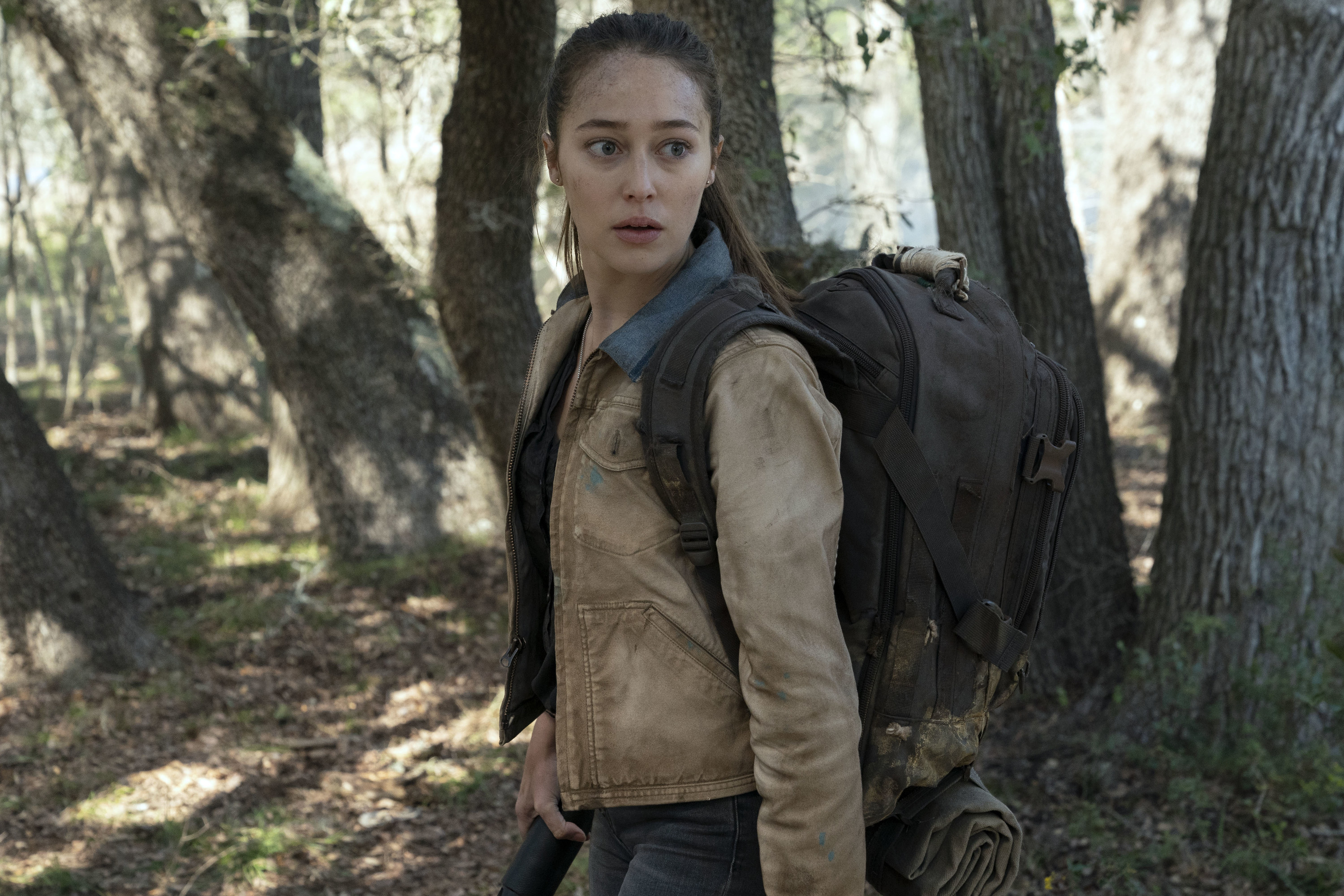 Alycia Debnam-Carey carrying a backpack in Fear the Walking Dead