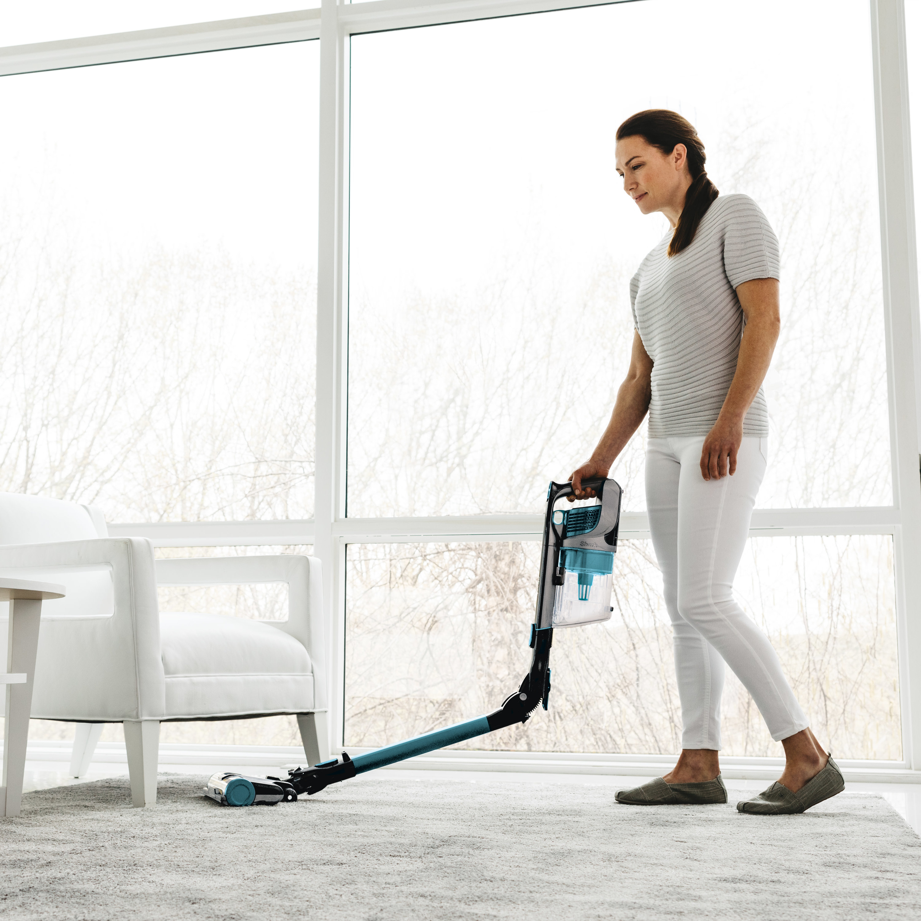 A model using the vacuum in a living room